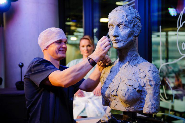 peformansas-grozio-skulpturos